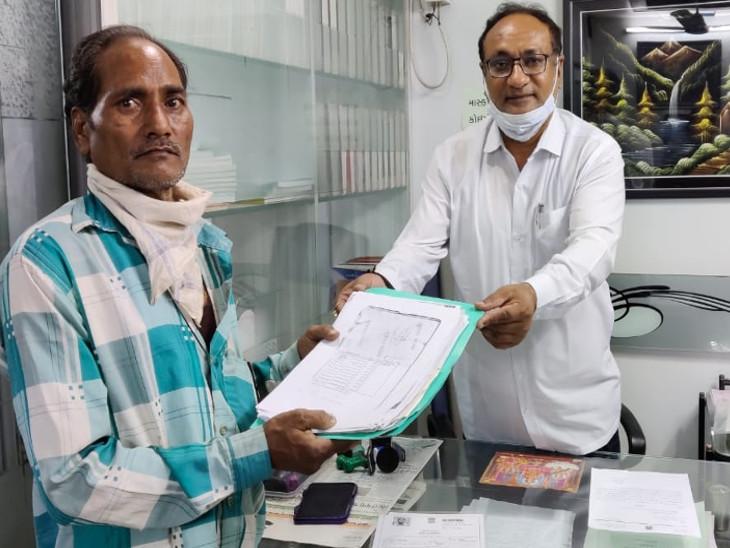 वकील समीर बोधरा ने सरकारी योजना का लाभ दिलाने पिता की मदद की।