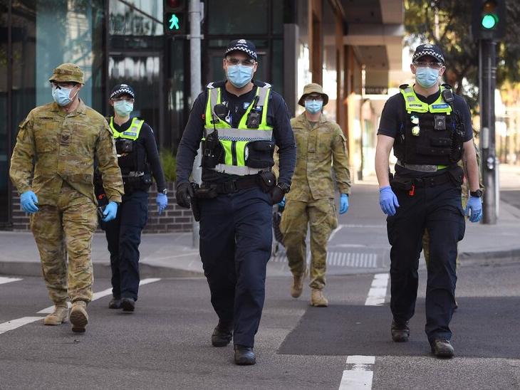 ऑस्ट्रेलिया के मेलबर्न में एक होटल में क्वारैंटाइन किए गए आठ लोगों को संक्रमित पाया गया है। इसके बाद यहां सुरक्षा बढ़ा दी गई है। साथ ही यहां मास टेस्टिंग और कॉन्टैक्ट ट्रैसिंग बड़े पैमाने पर शुरू की गई है।