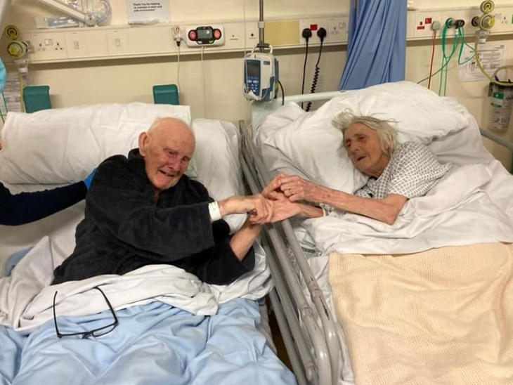 ब्रिटेन के डेरेक और उनकी पत्नी मार्गरेट फिर्थ शादी के बाद 70 साल तक साथ रहे, कोरोना के चलते आखिरी सांसें भी एक साथ लीं लाइफस्टाइल,Lifestyle - Dainik Bhaskar