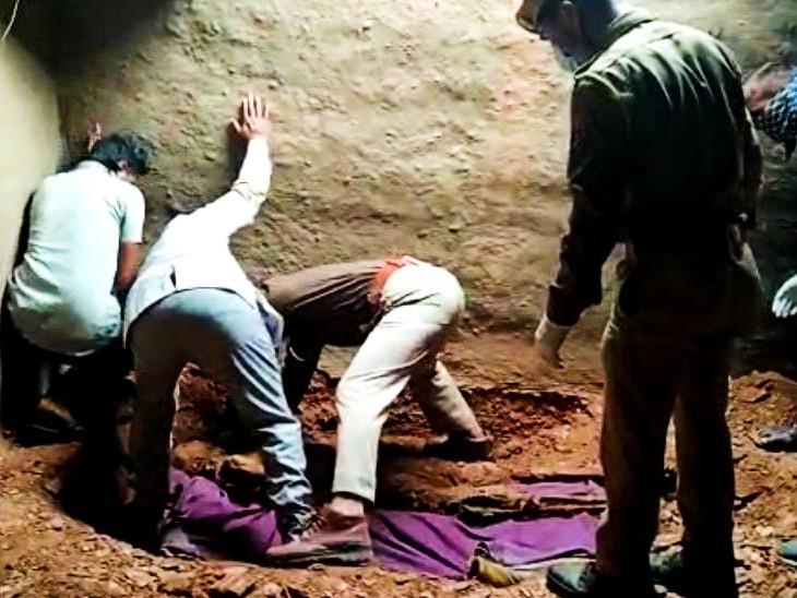 जमीन में गढ़ा शव निकालती पुलिस और एफएसएल की टीम।