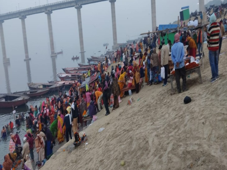 NDRF and water police teams are also monitoring Ganga in their lap.