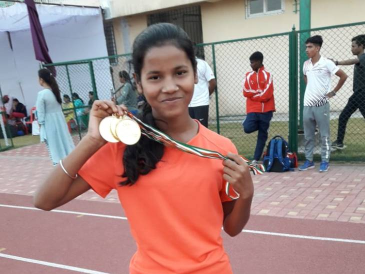 मेडल दिखाते हुए मुनिता।