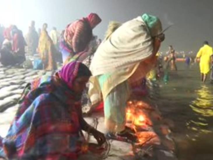 संगम तट पर दीपदान व पूजा पाठ करतीं महिलाएं।