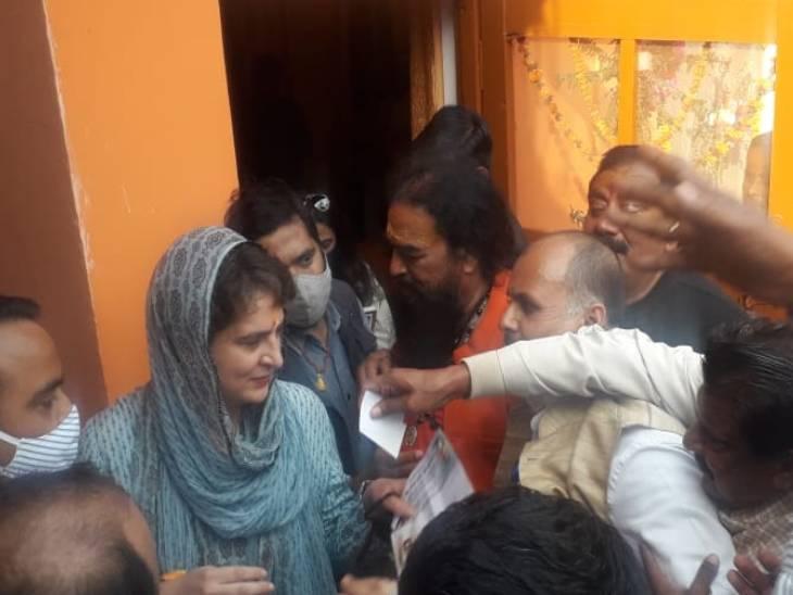 Priyanka Gandhi offered prayers at the Mankameshwara Temple.