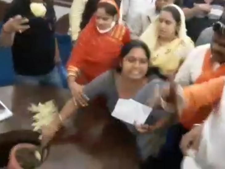 कांग्रेस की महिला पार्षदों पर घमले में लगा पौधा फेंका, जो कांग्रेस की महिला पार्षद जमनाबाई की सीट पर जा गिरा