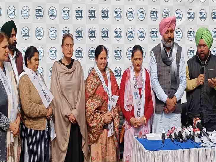 मोहाली नगर निगम चुनाव में खड़ी 4 भाजपा प्रत्याशियों ने नरेंन्द्र मोदी के तानाशाही रवैये से परेशान होकर आप का दामन संभाला|चंडीगढ़,Chandigarh - Dainik Bhaskar