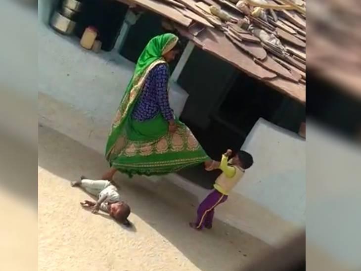 वीडियो से लिया गया स्नैप, जिसमें महिला 4 साल की बेटी के मुंह पर लात मार रही है।