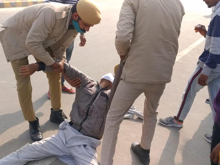 चक्कर खाकर गिरा किसान तो पुलिसकर्मियों ने संभाला।