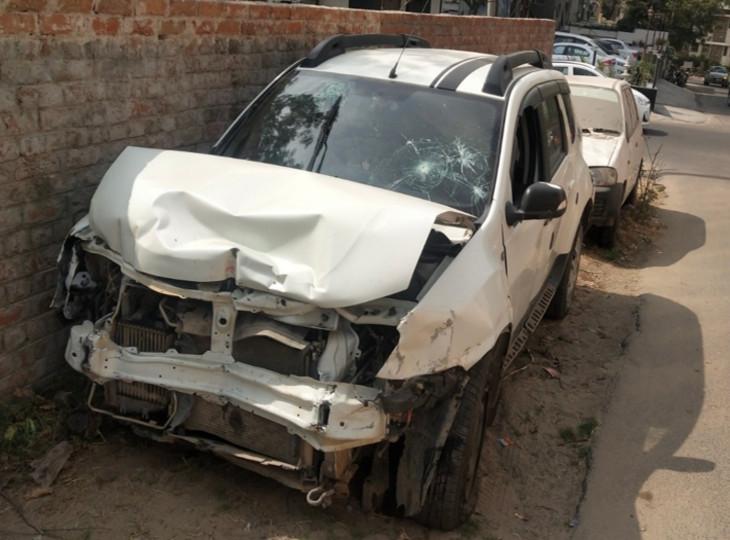विधायकपुरी थाने में खड़ी रोमिक की क्षतिग्रस्त कार। पुलिस ने केस दर्ज कर जब्त कर लिया है