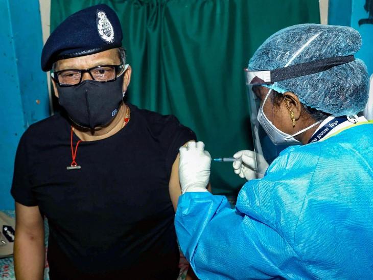 फोटो तिरुअनंतपुरम की है। यहां गुरुवार को DGP लोकनाथ बेहरा ने कोरोना की वैक्सीन लगवाई।