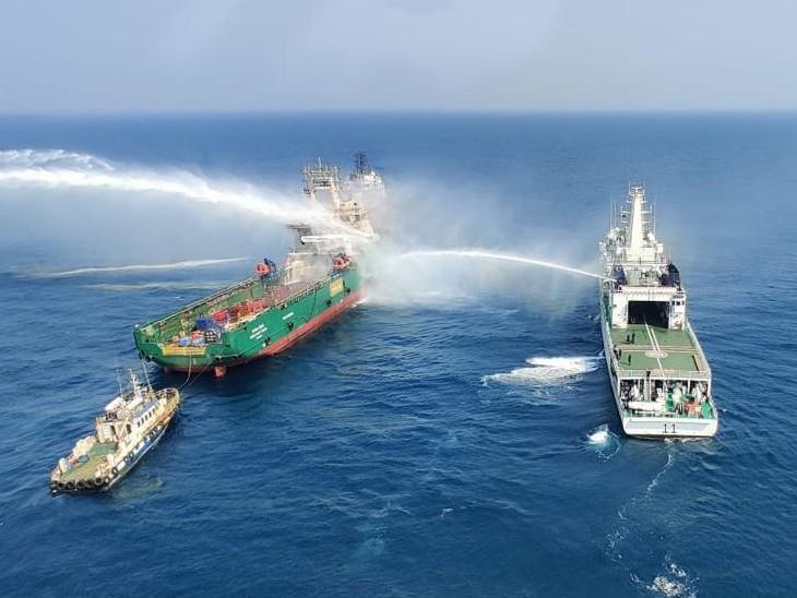 आग की सूचना पर इंडियन कोस्ट गार्ड के दो जहाज और विमान को आग बुझाने के लिए तैनात किया गया।