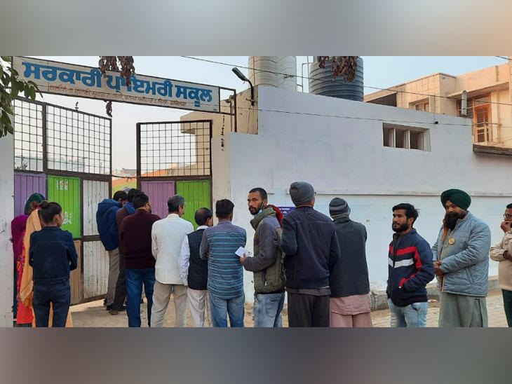 अबोहर में सरकारी स्कूल में स्थापित मतदान केंद्र पर वोट डालने पहुंंचे शहरी।