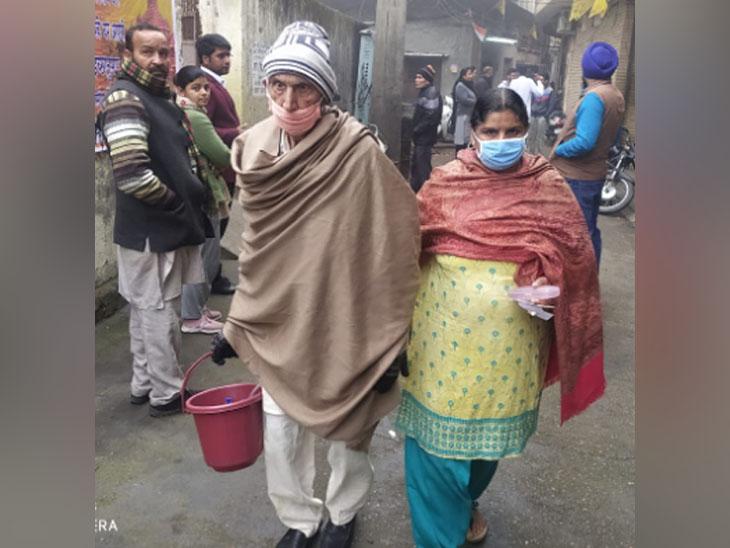 बटाला में वोटिंग के लिए जाते एक बुजुर्ग दंपति।