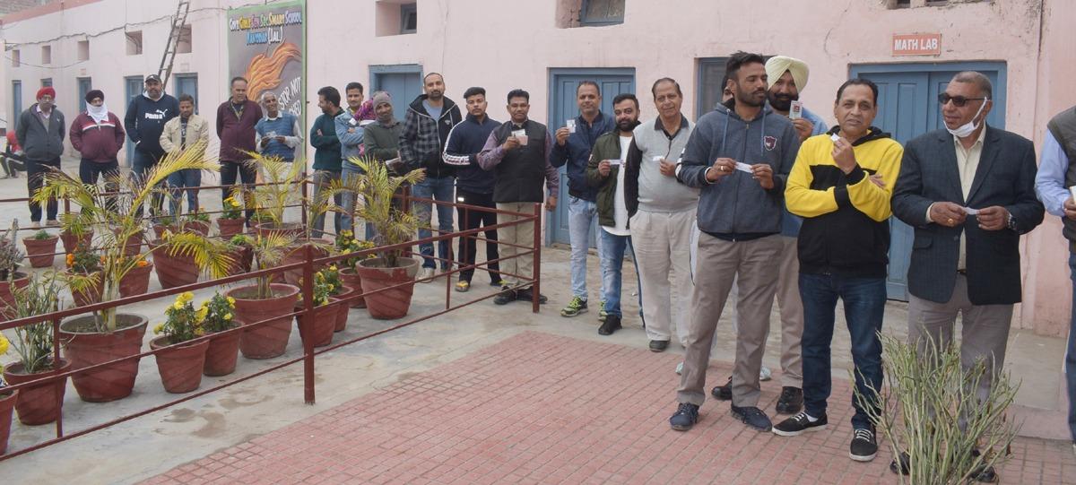 जालंधर में निकाय चुनाव के दौरान वोट डालने की बारी का इंतजार करते मतदाता।
