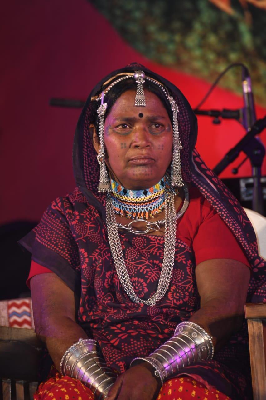 भारत भवन के बहिरंग में मंच पर बैठीं भूरी बाई। वे मुख्य रूप से मध्यप्रदेश के झाबुआ जिले के पिटोल गांव की रहने वाली हैं।