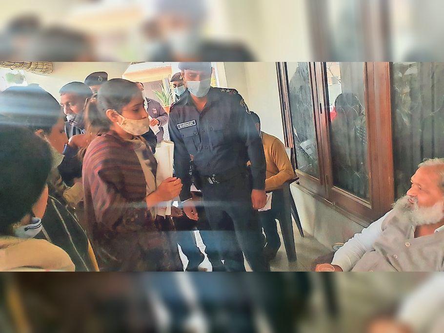 23 पार्षदाें का हस्ताक्षर पत्र ले 13 पार्षदाें संग गृहमंत्री से मिलीं मेयर, कार्रवाई से पहले ही पहुंच गए कमिश्नर|पानीपत,Panipat - Dainik Bhaskar