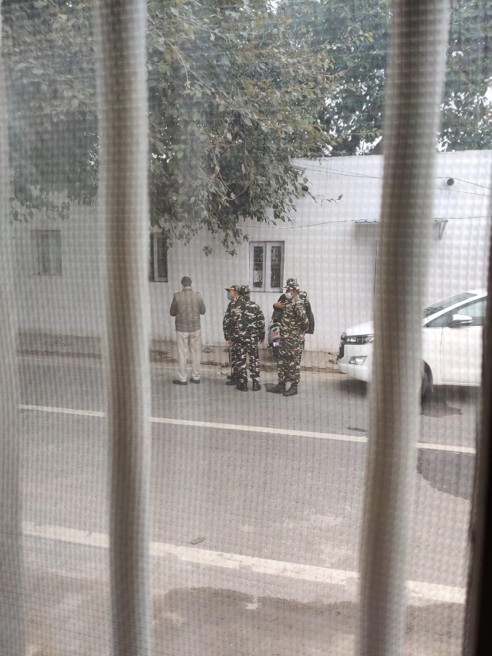 महुआ मोइत्रा ने सोशल मीडिया पर अपने घर के बाहर तैनात सुरक्षाकर्मियों की फोटो शेयर की।