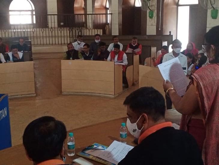 नगर परिषद बोर्ड की बैठक में मौजूद शहर विधायक संजय शर्मा, सभापति बीना गुप्ता व उप सभापति घनश्याम गुर्जर सहित पार्षदगण।
