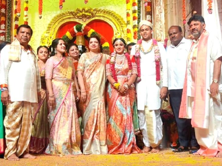 शादी में कर्नाटक के पूर्व CM एचडी कुमारस्वामी समेत कई हस्तियां शामिल हुईं।