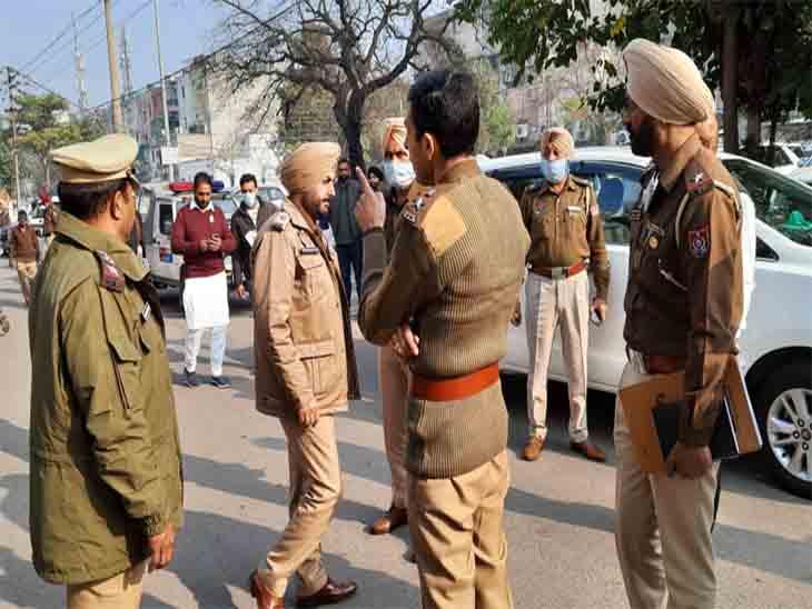 मोहाली एसएसपी सतविंदर सिंह पोलिंग स्टेशनों के बाहर पहुंचे और सुरक्षा के निर्देश दिए।