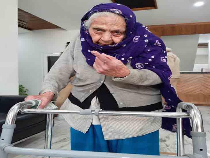 88 साल की रिटायर्ड प्रोफेसर महेंद्र कौर वॉकर के सहारे मतदान केंद्र पर पहुंची और मतदान किया।