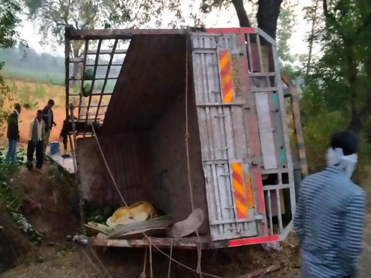ट्रक को क्रेन की मदद से सीधा किया गया। तब तक कई मजदूरों की जान जा चुकी थी।