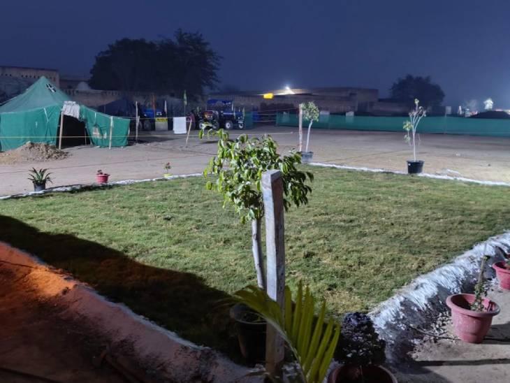 किसानों ने टीकरी बॉर्डर पर हरी घास का लॉन बनवाया है। यहां अलग-अलग फूलों के गमले भी लगाए गए हैं।