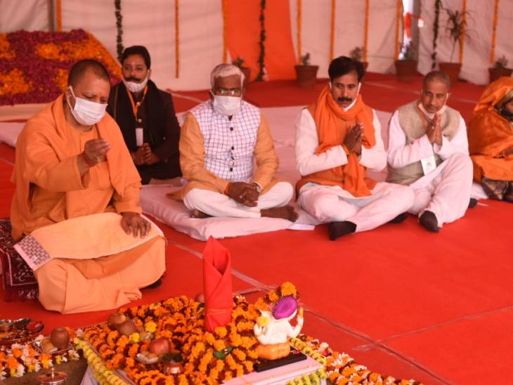 Chief Minister Yogi Adityanath worshiping the land of the memorial of Maharaja Suheldev in Bahraich.