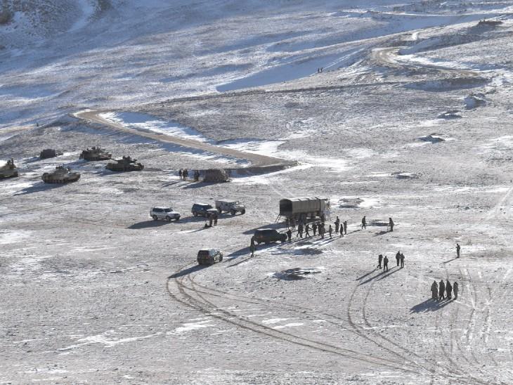 पैंगॉन्ग लेक इलाके से चीनी सैनिकों ने अपना सामान हटा लिया है।