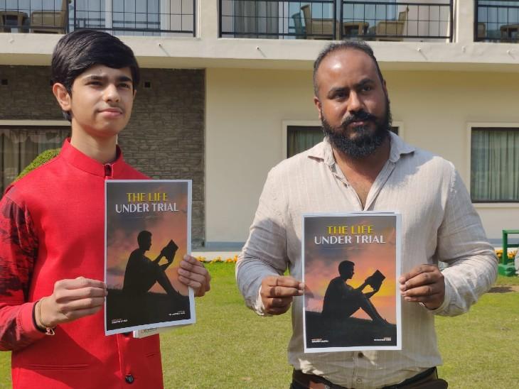 कम उम्र में लेखन शैली से चर्चित हुए अभीप्सित अब लिखेंगे नई किताब, मेंटर NRI गुरप्रीत कंग ने किया नई किताब के कवर का विमोचन|चंडीगढ़,Chandigarh - Dainik Bhaskar