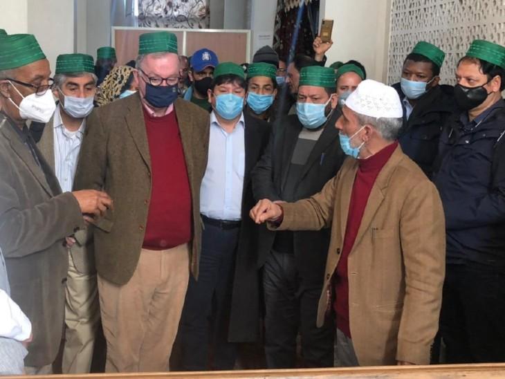 डेलिगेशन के सदस्य श्रीनगर में हजरतबल दरगाह भी गए। इस दरगाह को कश्मीर का सबसे पवित्र मुस्लिम तीर्थ माना जाता है।