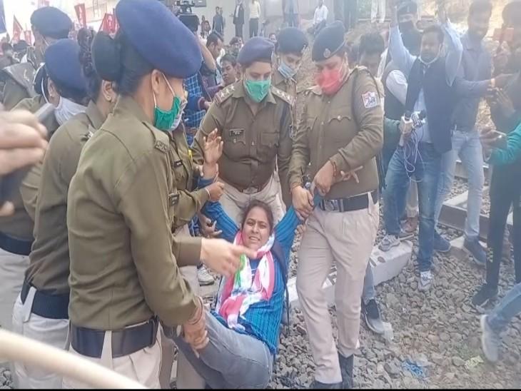 रेलवे लाइन पर लेट कर प्रदर्शन कर रही महिलाओं को इस तरह पुलिस ने उठाकर स्टेशन के बाहर छोड़ा, इस दौरान पुलिस ने डंडे भी चलाए।