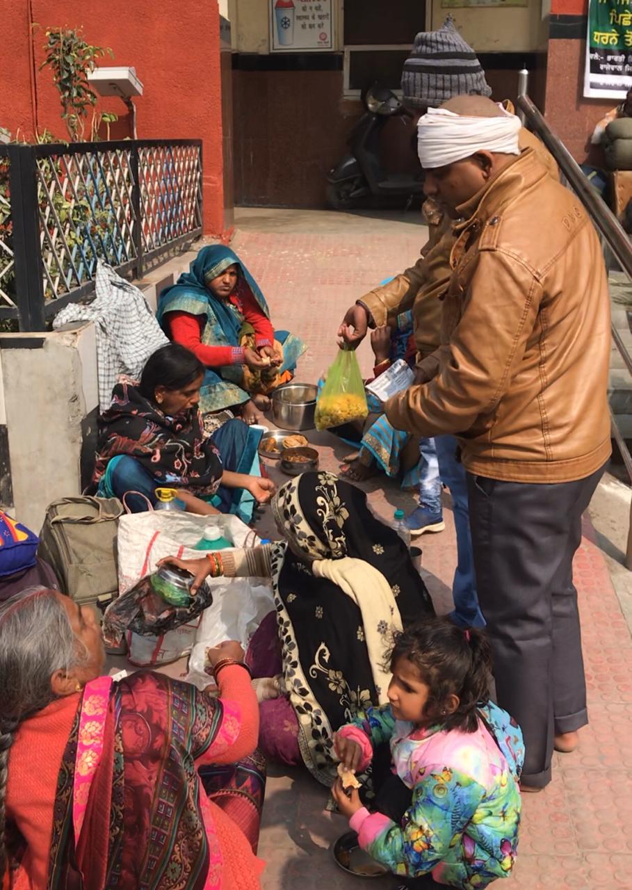 मध्य प्रदेश के बीना जा रहे लखनराम को पता चला कि ट्रेन 4 बजे के बाद जाएगी तो वो बाहर बैठकर ही परिवार के साथ खाना खाने लगे।