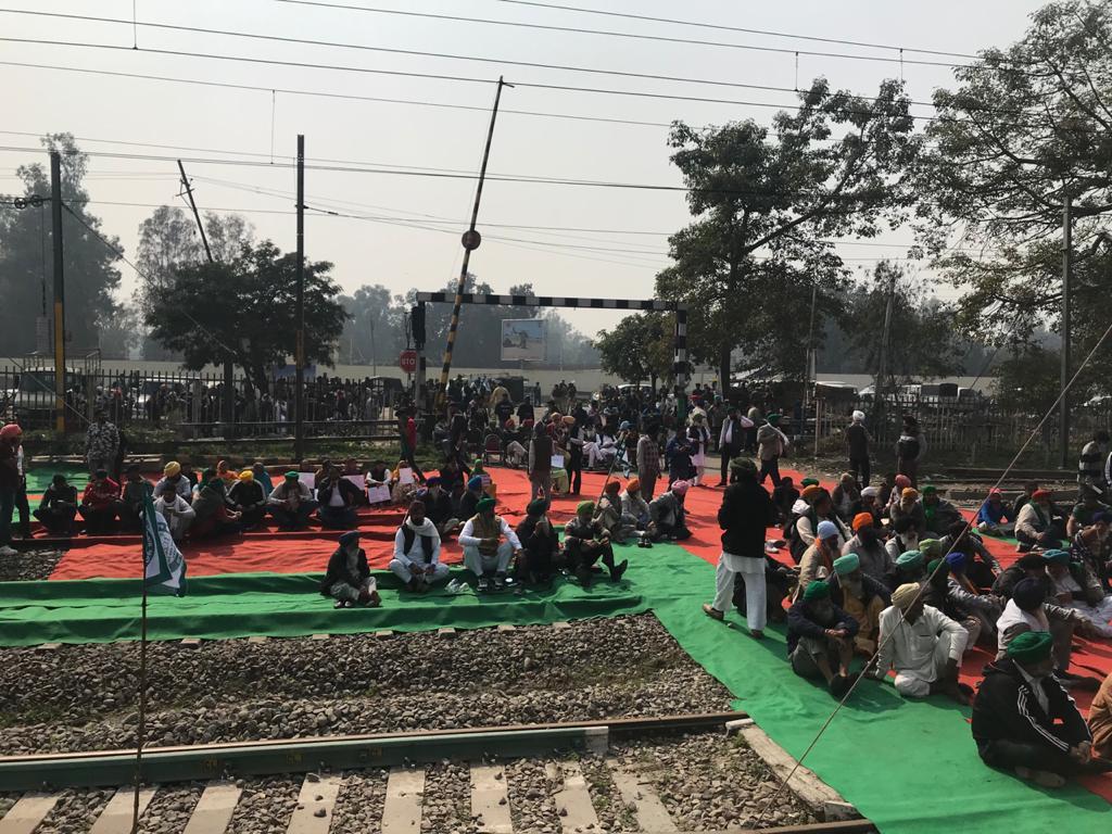 जालंधर के दकोहा फाटक पर रेलवे ट्रैक जाम कर बैठे किसान।
