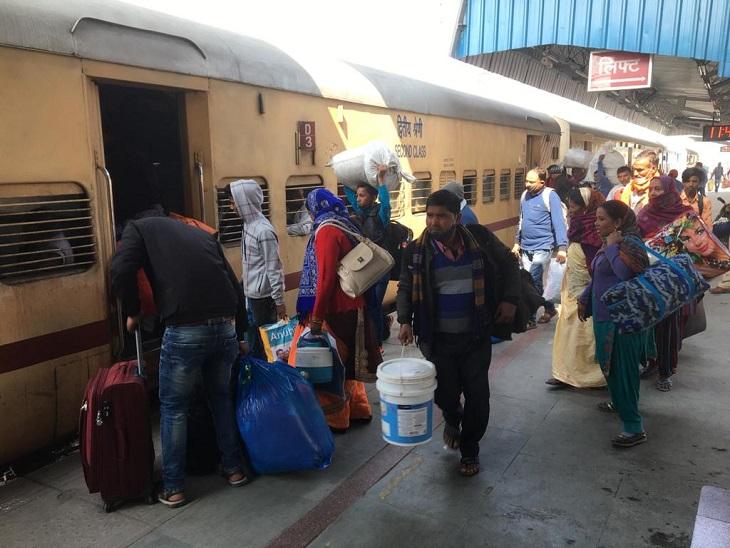 स्टेशन पर पहुंची भठिंडा एक्सप्रेस में सवार होते यात्री।