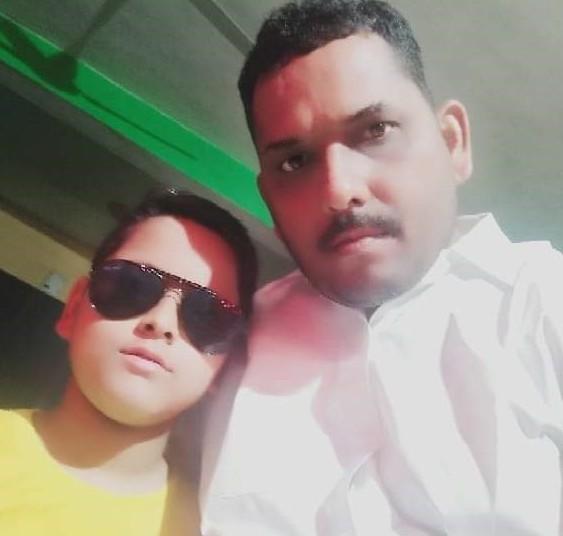अपने बेटे के साथ राजकुमार सिंह। (फाइल फोटो)