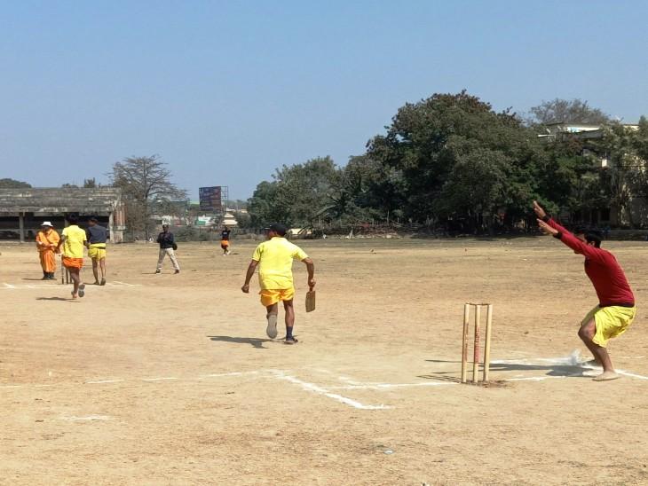 वाराणसी में खिलाड़ी धोती - कुर्ता त्रिपुंड लगाकर उतरे मैदान में, संस्कृत में हुई कमेंट्री|वाराणसी,Varanasi - Dainik Bhaskar