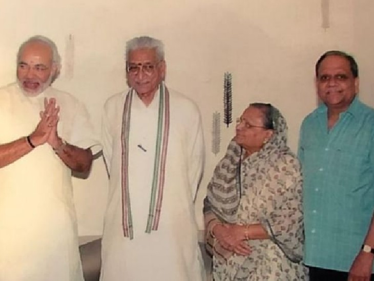 VHP के नेता अशोक सिंघल के साथ मोदी और अरविंद सिंघल (नीली शर्ट)।- फाइल फोटो