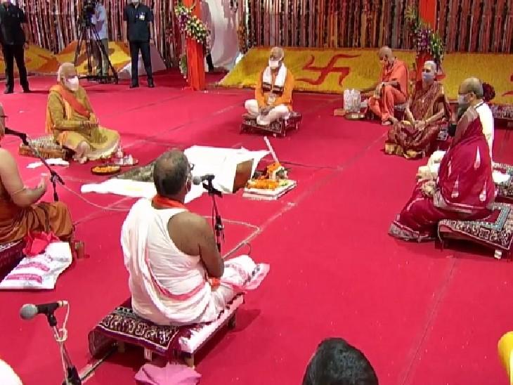 शिलान्यास पूजन के दौरान अरविंद के भतीजे सलिल पीएम मोदी के साथ शामिल हुए थे। (दायें, लाल साड़ी पहने महिला के बगल में)