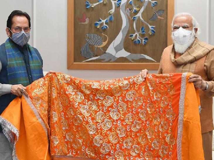 दिल्ली में केंद्रीय मंत्री मुख्तार अब्बास को पीएम ने चादर सौंपी थी।