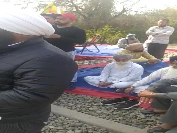 भारतीय किसान यूनियन के सदस्य बैठे ट्रैक पर, साथ देने चंडीगढ़ डिस्ट्रिक्ट बार एसोसिएशन के सदस्य भी पहुंचे चंडीगढ़,Chandigarh - Dainik Bhaskar