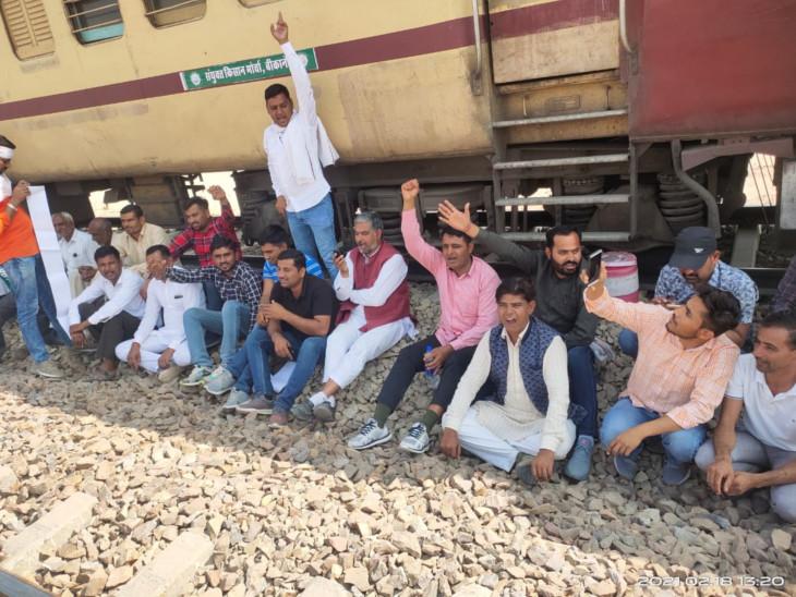 श्रीडूंगरगढ़ में पटरियों पर जमे रहे किसान, मालगाड़ी को आउटर पर और पैसेंजर ट्रेन को बीकानेर में रोका|बीकानेर,Bikaner - Dainik Bhaskar