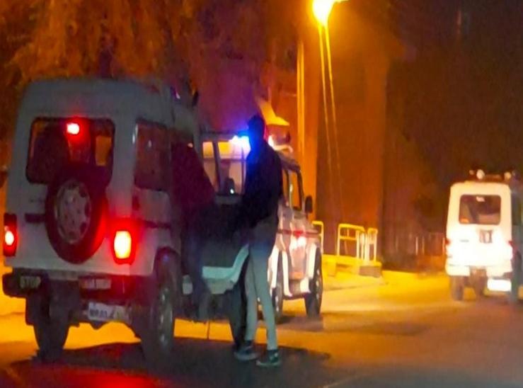 देर रात अलग-अलग जगह पर दौड़ती रही पुलिस की गाड़ी।