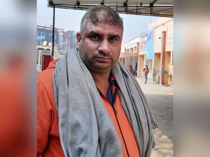 घटना के बारे में जानकारी देता फौजी बिरेंद्र का चचेरा भाई सुरेंद्र।