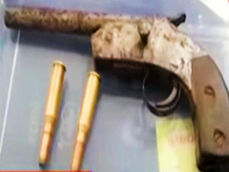 पुलिस ने अरविंद के पास से जब्त किए एक देसी कट्टा और दो जिंदा कारतूस।