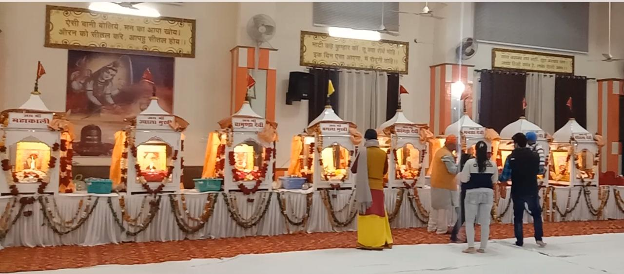 जालंधर के श्री देवी तलाब मंदिर में रखी पावन ज्योतियां।