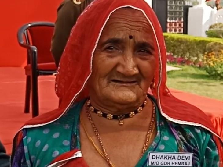 शहीद हेमराज जाट की मां दाखा देवी, जो अपने शहीद बेटे का गैलेंट्री अवॉर्ड लेने आईं।