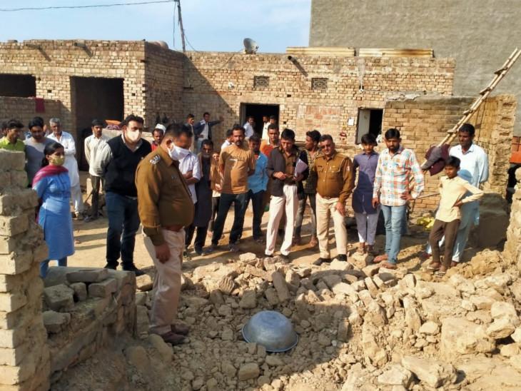 नींव की खुदाई करने के बाद पुरानी दीवार को धक्का देकर गिराने की कोशिश की जा रही थी। इसी दौरान गिरी दीवार के मलबे में दबकर तीनों की मौत हो गई। - Dainik Bhaskar