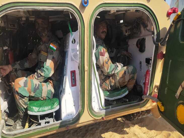 अमेरिकी अपाची हेलीकाप्टर ने कवर किया, स्ट्राइकर और सारथ ने दागे आतंकी ठिकानों पर निशाने, रविवार को संपन्न होगा युद्धाभ्यास|बीकानेर,Bikaner - Dainik Bhaskar