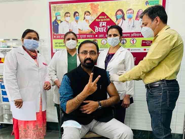 शहर के सेक्टर-16 में वैक्सीन डोज लेते डॉक्टर। - Dainik Bhaskar